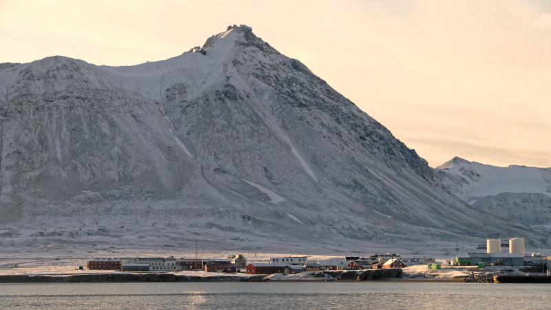 Ny-Ålesund with the almost 500-metre-high Zeppelin Mountain, which is also used for atmospheric research. Photo: Sebastian Zeppenfeld, TROPOS