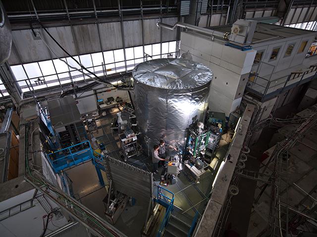 Francesco Riccobono und Urs Baltensperger an der CLOUD-Kammer. Bild: CERN