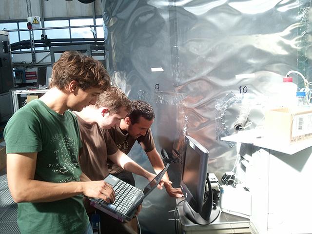 Die drei Doktoranden Francesco Riccobono, Arnaud Praplan und Federico Bianchi (von links) diskutieren ein CLOUD-Resultat am Bildschirm. Bild: CERN