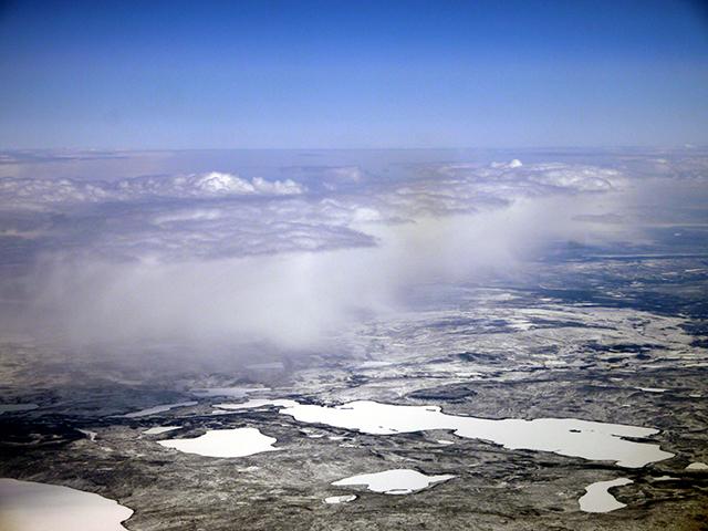Arktische Mischphasenwolken mit flüssiger Wolkenoberkante und schneeförmigem Niederschlag, wie sie während RACEPAC untersucht wurden. Foto: LIM