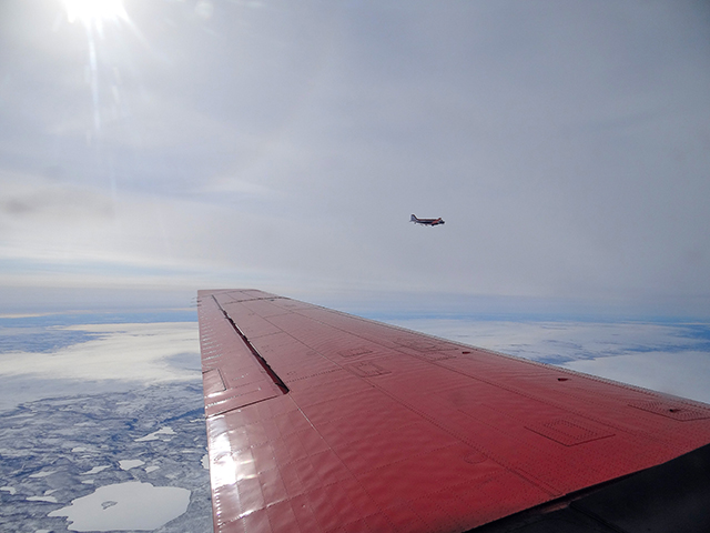 Die Forschungsflugzeuge Polar 5 und Polar 6 bei einem Messflug während der Messkampagne RACEPAC. Foto: LIM