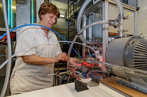 Laborantin Kornelia Pielok am Laminar-Strömungsrohr des TROPOS. Foto: Tilo Arnhold/TROPOS