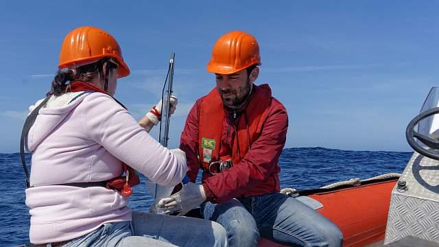 Susanne Fuchs und Maik Merkel vom TROPOS bei Untersuchungen zum Oberflächenfilm des Ozeans. Foto: Tilo Arnhold/TROPOS