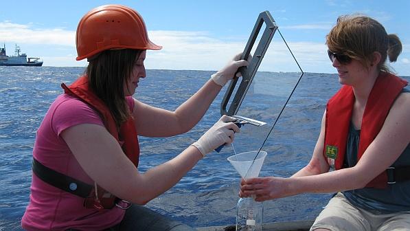 Susanne Fuchs vom TROPOS nimmt zusammen mit einer Kollegin Proben des marinen Oberflächenfilms mit der Glasplattentechnik.  Foto: Alfred-Wegener-Institut.