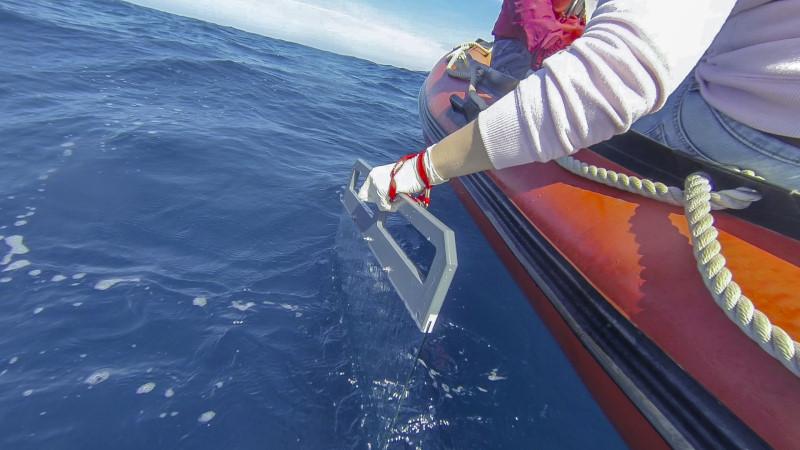 Der Oberflächenfilm wurde von der Leipziger Wissenschaftlerin Dr. Manuela van Pinxteren im Nordatlantik mit der Glasplattentechnik eingesammelt. Foto: Tilo Arnhold/TROPOS