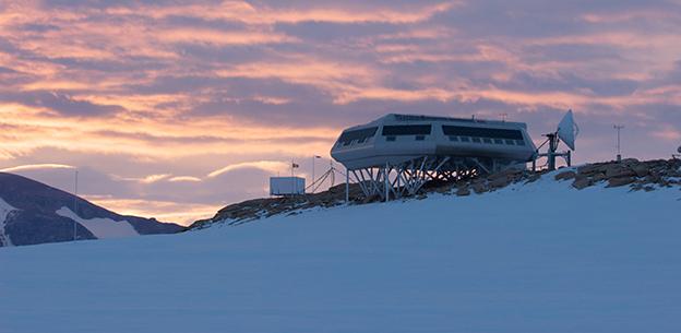 Belgische Antarktisstation Princess Elisabeth. Links neben der Hauptstation ist der Messcontainer von BELATMOS zu sehen. Foto: Rene Robert/IPF