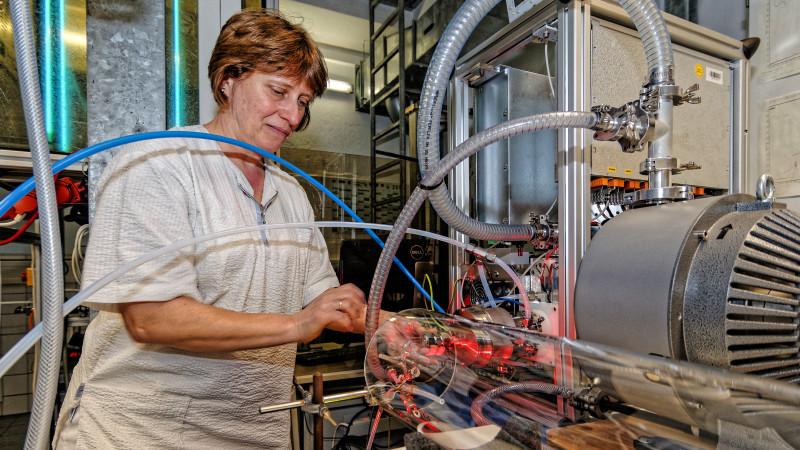Laborantin Kornelia Pielok am Laminar-Strömungsrohr des TROPOS. Foto: Tilo Arnhold/ TROPOS