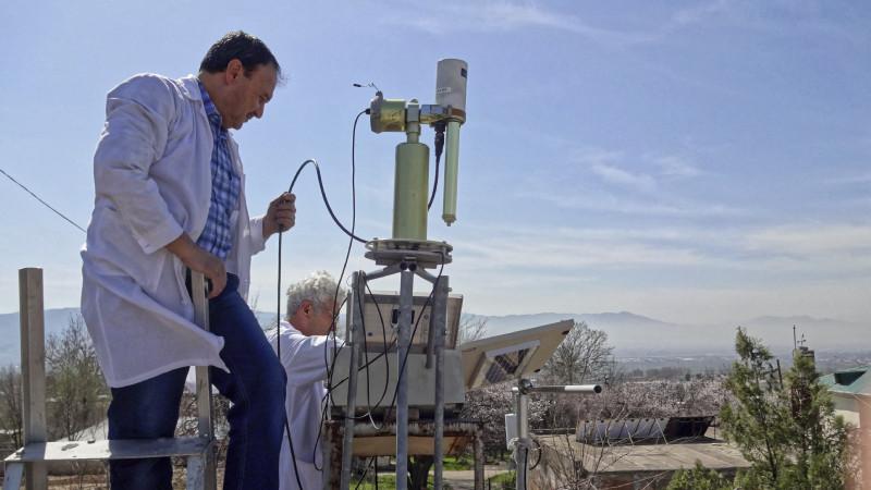 Mit Sonnenphotometer des globalen Netzwerk AERONET (AErosol RObotic NETwork) werden die atmosphärischen Eigenschaften von Aerosolen gemessen. Foto: Julian Hofer/ TROPOS