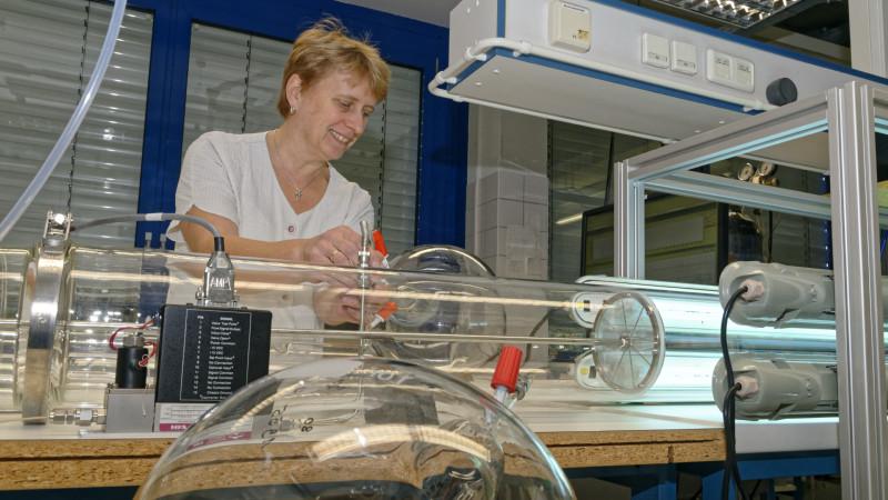 Im Labor des TROPOS in Leipzig konnten die chemischen Reaktionen in einem Freistrahlexperiment nachgewiesen werden. Laborantin Kornelia Pielok am Experimentaufbau. Foto: Tilo Arnhold/ TROPOS
