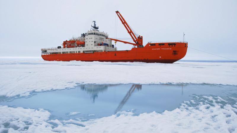 """Auf dem russischen Forschungseisbrecher """"Akademik Tryoshnikov"""" will die Expedition in den kommenden Monaten die Antarktis umrunden. Foto: AARI"""