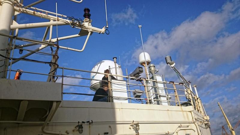 Die Messtechnik für Aerosole und Wolken an der Reeling angebracht des russischen Forschungseisbrechers Akademik Tryoshnikov angebracht, um möglich frei die Luft in der Antarktis untersuchen zu können. Foto: Silvia Hennig, TROPOS