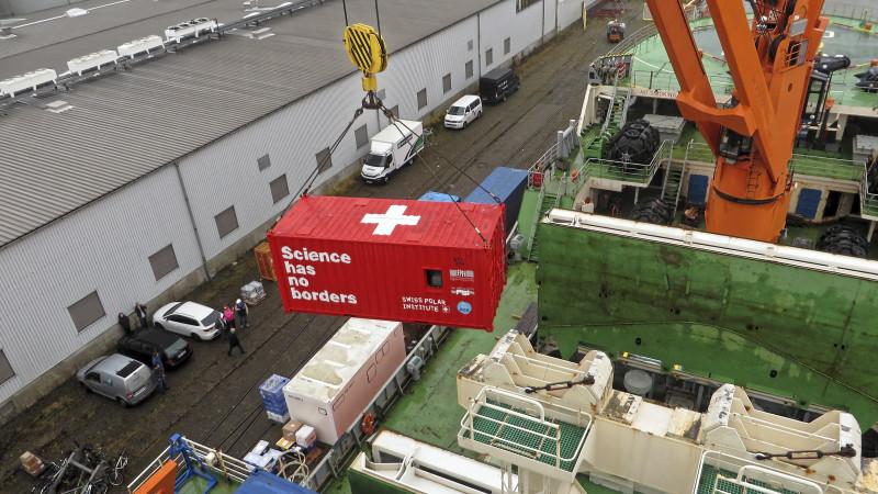 Der Container mit der Aerosolmesstechnik ging in Bremerhaven an Bord des russischen Forschungseisbrechers Akademik Tryoshnikov. Foto: Silvia Hennig, TROPOS