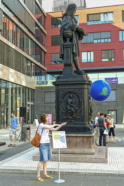 Zu Füßen des großen Universalgelehrten waren dieses Mal auch die Leipziger Leibniz-Institute vertreten. Foto: Beate Richter, TROPOS