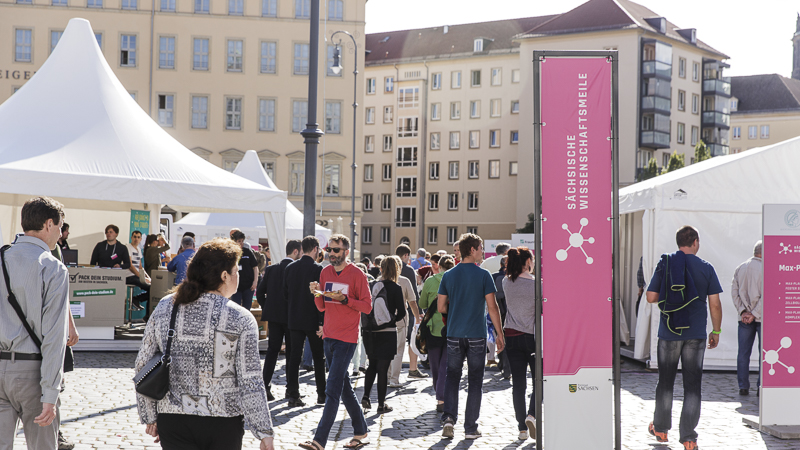 Sächsische Wissenschaftsmeile auf dem Dresdner Neumarkt. Foto: CHRISTIAN HÜLLER FOTOGRAFIE
