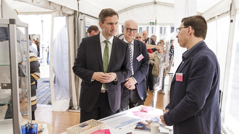 Martin Dulig, Staatsminister für Wirtschaft, Arbeit und Verkehr, am Stand des IOM. Foto: CHRISTIAN HÜLLER FOTOGRAFIE