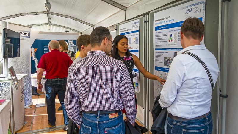 Unsere Expertinnen zur Luftqualität waren gefragte Gesprächspartnerinnen am TROPOS-Stand. Foto: Kay Weinhold, TROPOS