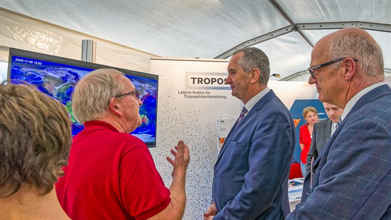 Thomas Schmidt, Staatsminister für Umwelt und Landwirtschaft, am TROPOS-Stand. Foto: Kay Weinhold, TROPOS