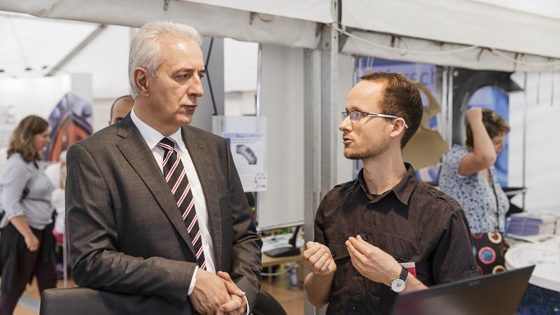 Ministerpräsident Stanislaw Tillich im Gespräch. Foto: CHRISTIAN HÜLLER FOTOGRAFIE