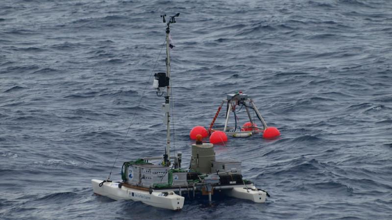 Zum Einsatz kommen eine sensorbestückte Spezial-Driftboje und ein ferngesteuerter Forschungskatamaran. Foto: Dr. Oliver Wurl/ ICBM