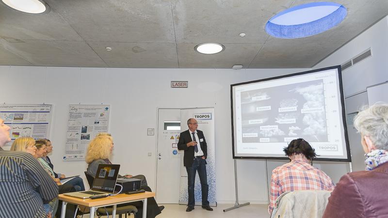 """Einweihung des """"Leipzig Aerosol and Cloud Interaction Simulator - Turbulence"""" (LACIS-T) am TROPOS. Laborleiter Dr. Frank Stratmann (TROPOS) beim der Vorstellung des neuen Windkanals. Foto: Tilo Arnhold, TROPOS"""