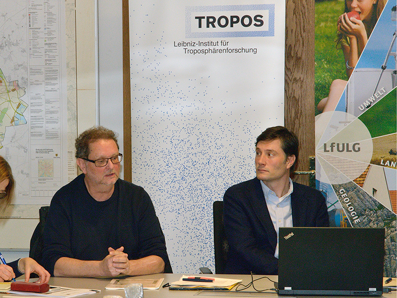 Prof. Alfred Wiedensohler from TROPOS (left) presents the report together with Dr. Ing. Gunter Löschau from the LfULG and Heiko Rosenthal, Mayor for the Environment, Order, Sports of the City of Leipzig (right), in the town hall. Photo: Tilo Arnhold/TROPOS
