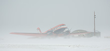 Das deutsche Forschungsflugzeug Polar 5 an der Eureka Wetterstation bei Schneetreiben. (Foto: Stefan Hendricks, AWI)