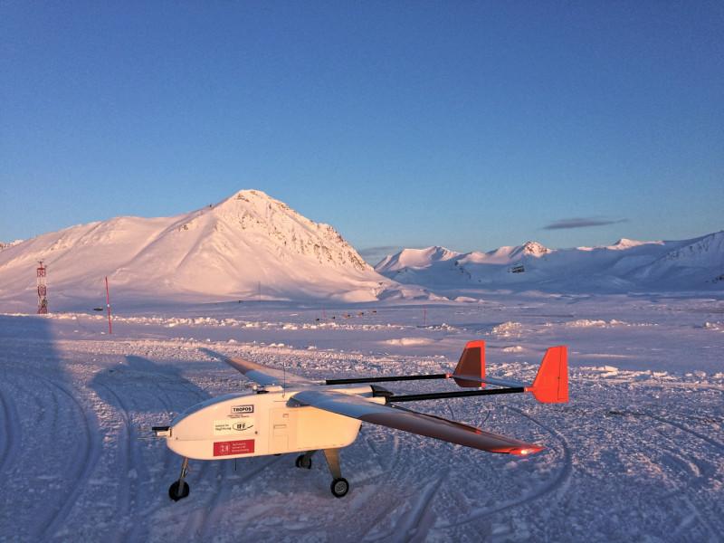The unmanned airplane ALADINA in front of Mount Zeppelin near Ny-Ålesund (Photo: Konrad Bärfuss, TU Braunschweig).