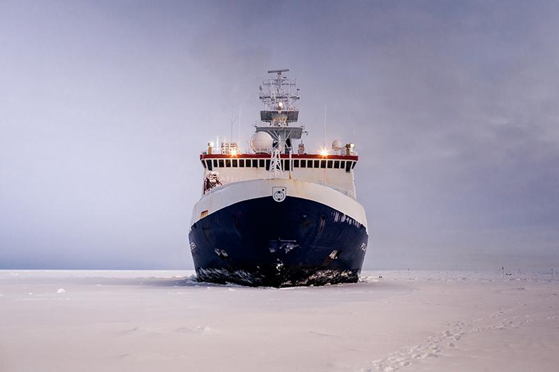 FS Polarstern im Eis. Foto: Mario Hoppmann, AWI