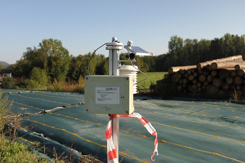 Für die Kampagne im Allgäu wurden die Messstationen so modifiziert, dass ein zusätzlicher Sensor die Sonnenenergie erfasst, die auf der geneigten Fläche der Photovoltaik-Module auftrifft. Damit wird ein wichtiger Einflussfaktor auf die produzierte Strommenge erfasst. Foto: Jonas Walther, TROPOS