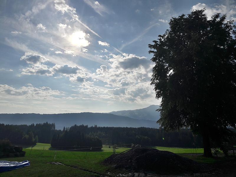 """Bis Mitte Oktober untersuchen Wissenschaftler des Verbundprojekts """"MetPVNet"""" auf dem Versorgungsgebiet der Allgäuer Überlandwerke die Auswirkungen von Wolken auf die Sonneneinstrahlung und die Stromproduktion von Photovoltaikanlagen mit großer Präzision. Foto: TROPOS"""