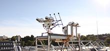 Eine der Messstationen befindet sich auf dem Dach der Hochschule Kempten. Hier kommt umfangreiches Messequipment zum Einsatz: Dazu gehören ein Spektrometer zur Messungen der direkten und diffusen solaren Strahlung sowie ein weiteres Spektrometer, mit dem sich die Aerosol- und Spurenstoffkonzentration messen lässt, eine Wolkenkamera und ein Solartracker, der sich nach der Sonne ausrichtet und unterschiedliche Vergleichsmessungen vornimmt. Foto: Jonas Walther, TROPOS