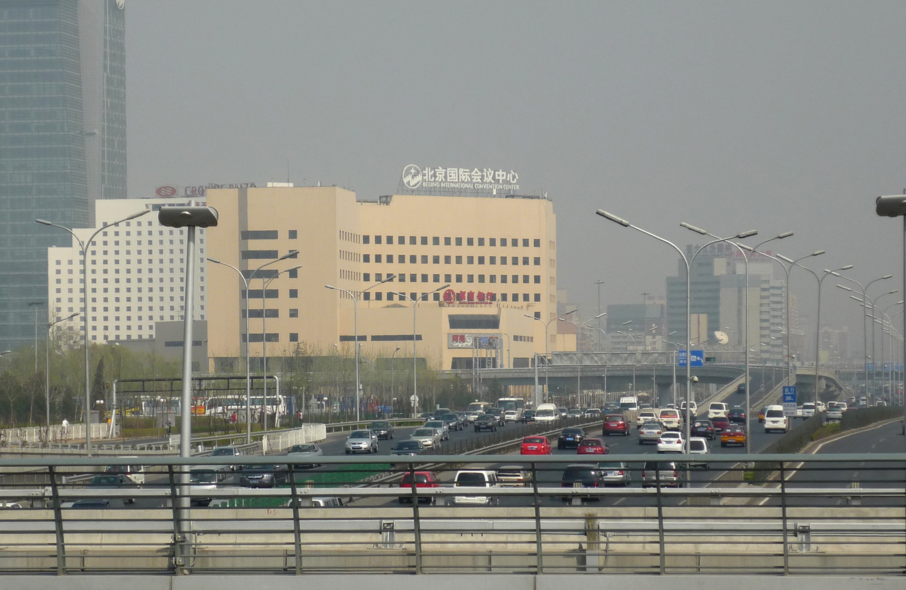 Peking zählt zu den Megacities mit den größten Problemen bei der Luftqualität weltweit. Der zunehmende Autoverkehr ist eine von vielen Ursachen dafür. Foto: Bettina Nekat/TROPOS
