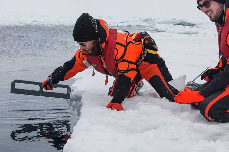 Dr. Manuela van Pinxteren and Sebastian Zeppenfeld from TROPOS sampling an ice floe during the Polarstern expedition PS106 2017 in the Arctic Ocean north of Spitsbergen. The surface film adheres to the glass pane, is then wiped off with a windscreen wiper and filled into bottles. The frozen samples will later be analysed in the laboratory in Leipzig. With the expeditions to Antarctica and Arctic 2019/20 the researchers want to learn more about the biogeochemical processes between ocean and atmosphere. Photo: Marcel-Nicolaus, AWI