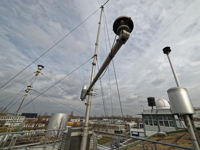 Um die Wirkung des Lockdowns auf die lokale Luftqualität zu untersuchen, hat TROPOS am Beispiel von Leipzig diverse Messungen ausgewertet: Die TROPOS-Station in der Permoser Straße im Nordosten Leipzigs ist etwa 150 Meter von der B6 entfernt. Foto: Tilo Arnhold, TROPOS