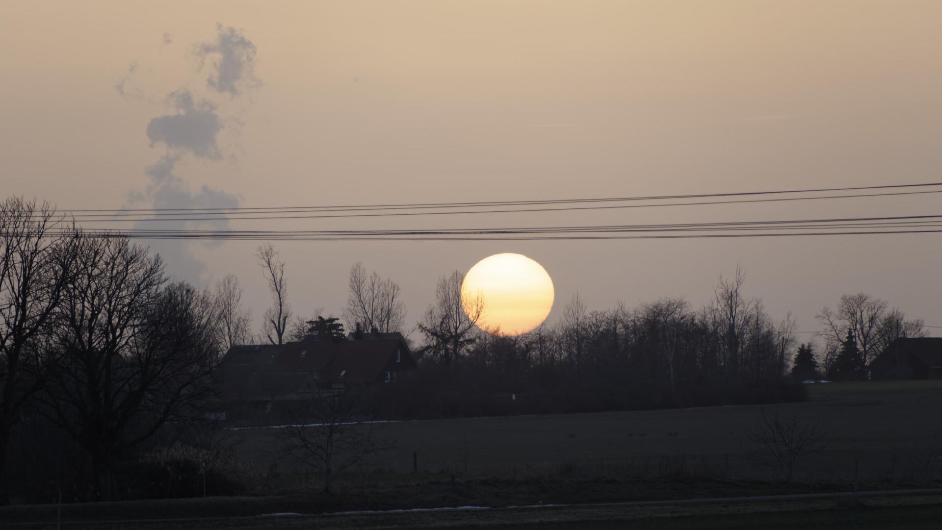 Sonnenuntergang am 23.2.2020 bei Leipzig ohne Abendrot. Der Saharastaub sorgte dafür, dass die Sonne eher blass unterging. Der Farbverlauf von weiß nach gelb deutet darauf hin, dass sich in der untersten Luftschicht Saharastaub mit kleineren Partikeln aus der Luftverschmutzung mischt. Foto: Tilo Arnhold, TROPOS
