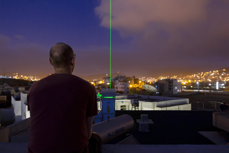 """Ein Lidar vom TROPOS untersucht seit dem 29. Juni die Atmosphäre über Mindelo auf Cabo Verde und liefert damit wichtige Daten zum Staub für die """"Aeolus Tropical Atlantic Campaign"""" des ESA-Windsatelliten Aeolus. Foto: Edson Silva Delgado, Etfilmes / OSCM"""