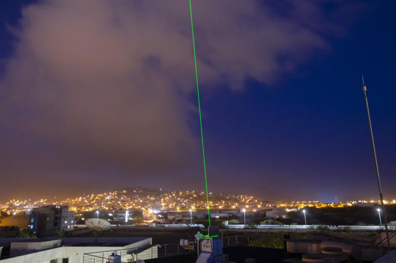 Den Bewohnern von Mindelo bietet sich mit dem grünen Laserstrahl nachts ein neuer Anblick. Die Lidarmessungen sind eine Neuheit in dieser Region. Foto: Edson Silva Delgado, Etfilmes / OSCM
