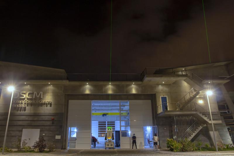 """Aktuell sind am OSCM im Hafen von Mindelo zwei Lidar-Geräte in Betrieb: Das Nationale Observatorium von Athen (NOA) misst mit EVE vom Boden (Mitte) und TROPOS mit PollyXT vom Dach aus (rechts). Die Spezialtechnik wurde auf den Kapverdischen Inseln aufgebaut, um im Juni/Juli in der Hauptsaison den Saharastaub messen zu können und so die """"Aeolus Tropical Atlantic Campaign"""" zu unterstützen. Foto: Edson Silva Delgado, Etfilmes / OSCM"""