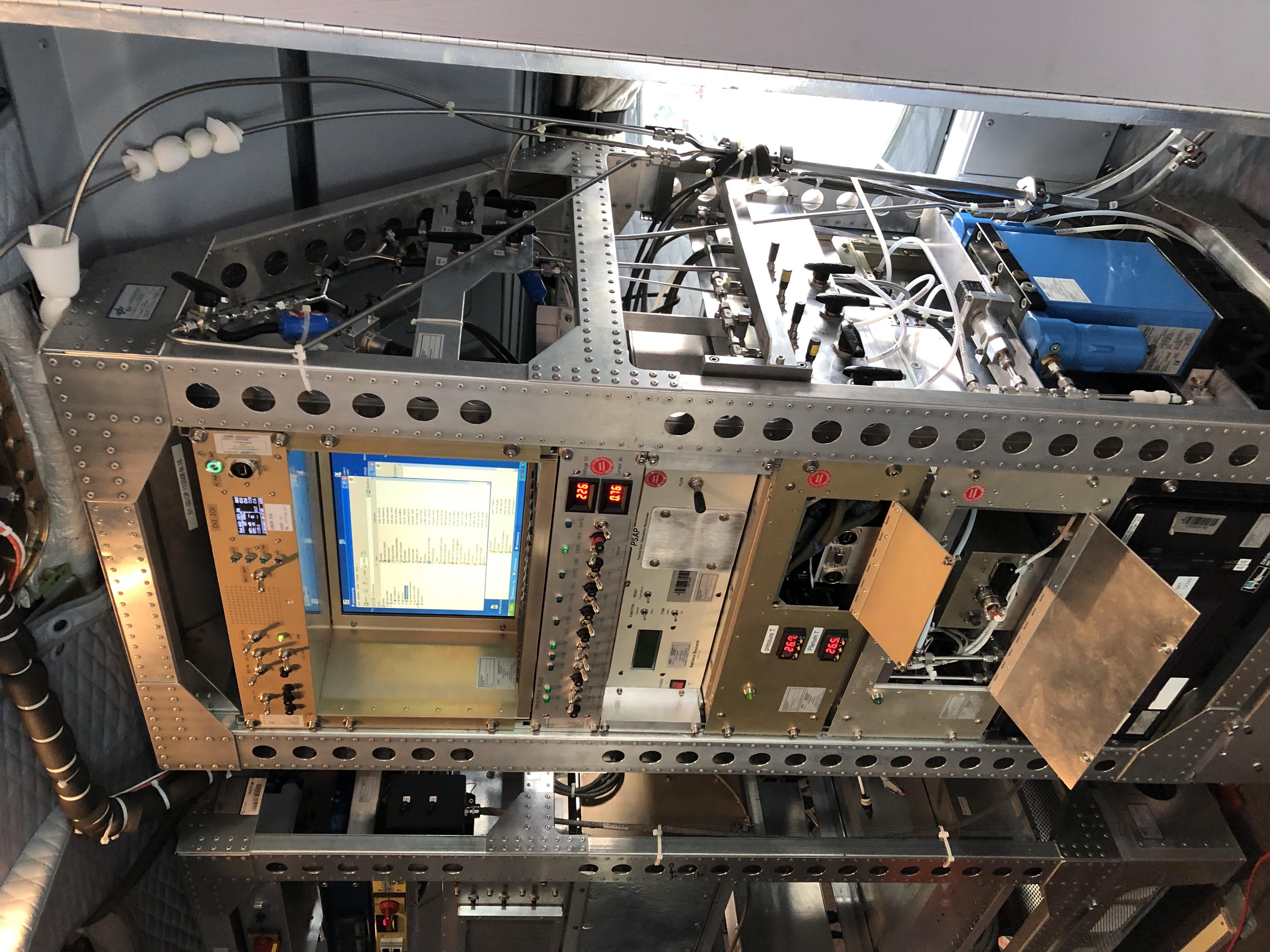 Im Flugzeug befindet sich umfangreiche Messtechnik, die es ermöglicht, beim Flug in die Zirruswolken und Kondensstreifen die Eispartikel zu sammeln, zu verdunsten und die darin befindlichen Aerosolpartikel auf unterschiedlichste Weise zu analysieren. Foto: Stephan Mertes, TROPOS
