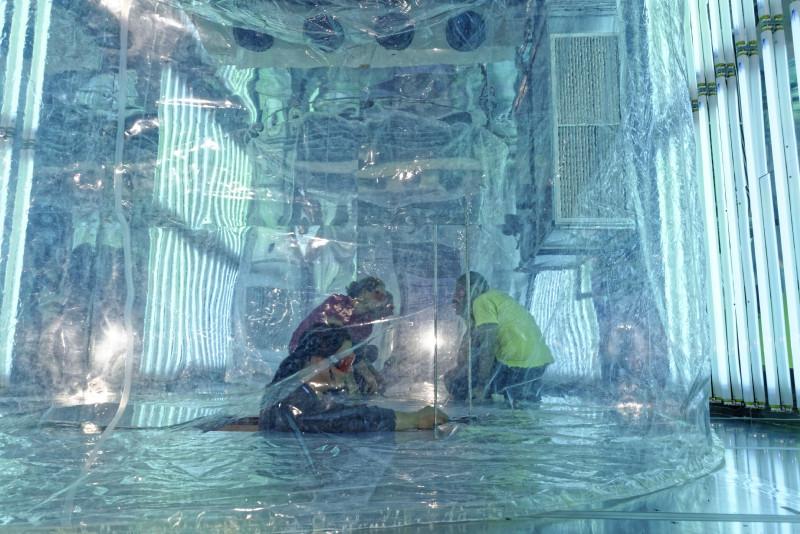 An ACTRIS beteiligen sich europaweit weit über 100 Forschungseinrichtungen aus 22 Ländern. Neben Observatorien und mobilen Messplattformen spielen auch Simulationskammern und Labore eine wichtige Rolle. Dort werden Prozesse in der Atmosphäre im Experiment nachgestellt. Eine dieser Simulationskammern ist die Leipziger Aerosolkammer (ACD-C), in der photochemische Prozesse in der Atmosphäre untersucht werden.  Foto: Tilo Arnhold, TROPOS