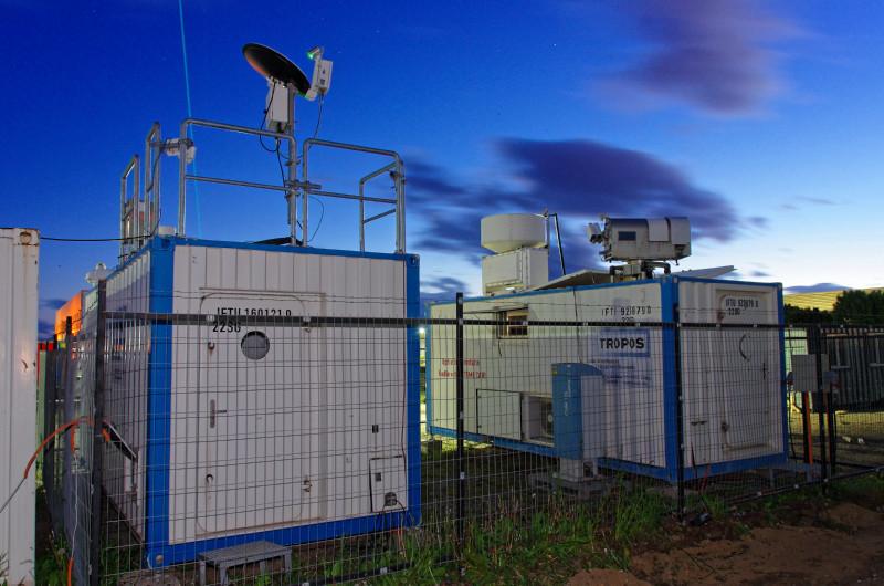 Das Leipziger Aerosol- und Wolkenfernerkundungssystem (LACROS) besteht aus mehreren mit Instrumenten bestückten Containern und kann weltweit eingesetzt werden. In den letzten drei Jahren wurden damit Messungen in Punta Arenas, Chile, durchgeführt, wo unter anderem der Rauch der australischen Waldbrände im Jahr 2020 vermessen wurde.  Foto: Patric Seifert, TROPOS