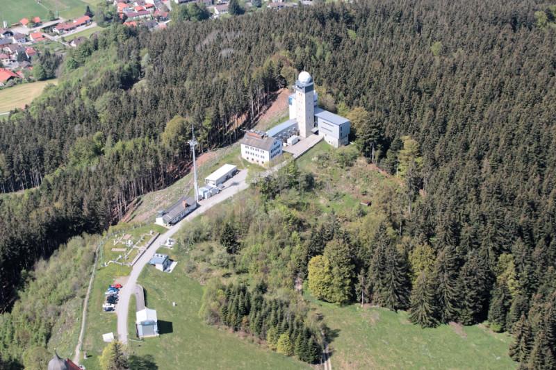 Das Meteorologisches Observatorium Hohenpeißenberg gilt als das älteste Bergobservatorium der Welt. Es erfasst seit 1781 meteorologische Daten und ist seit 1993 Globalstation im weltweiten Klimaüberwachungsprogramm (GAW). Die Station liegt 65 km südwestlich von München im Alpenvorland und ist eines von zwei Forschungsobservatorien des Deutschen Wetterdienstes (DWD). Hier werden unter anderem neue Beobachtungsmethoden für den Radarverbund erprobt und Methoden zur Verbesserung der Wettervorhersage und von Wetterwarnungen entwickelt.  Foto: Ulf Köhler, DWD