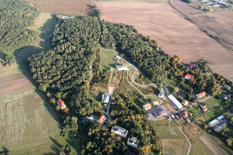 Das Meteorologische Observatorium Lindenberg – Richard-Aßmann- Observatorium (MOL-RAO) ist eines von zwei Forschungsobservatorien des Deutschen Wetterdienstes (DWD). Die Station in Brandenburg konzentriert sich dabei auf die Vertikalsondierung der Atmosphäre (Lindenberger Säule) und arbeitet unter anderem an der Weiterentwicklung des operationelles Messnetzes des DWD.  Foto: Ulrich Görsdorf, DWD