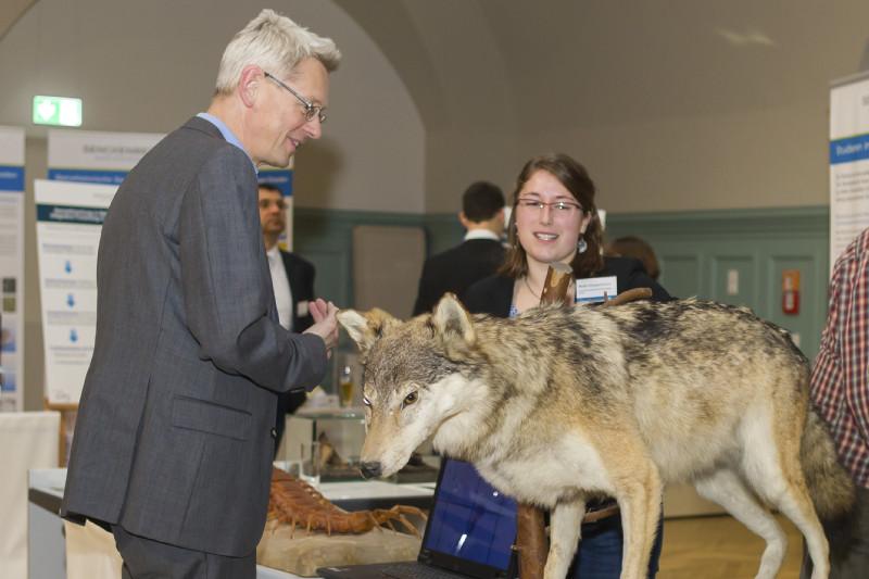 Am Stand des Senckenberg Museums für Naturkunde in Görlitz: Beratung zum Wolf.